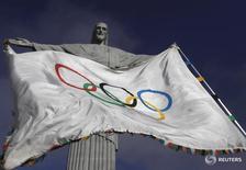 Олимпийский флаг у статуи Христа-искупителя в Рио-де-Жанейро 19 августа 2012 года. Кандидатура любого спортсмена из Кении или России, желающего принять участие в Олимпиаде в Рио, должна быть индивидуально рассмотрена и одобрена международной федерацией соответствующего вида спорта, сказал глава Международного олимпийского комитета Томас Бах во вторник. REUTERS/Ricardo Moraes