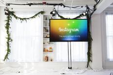 Una pantalla con el logo de Instagram en un acto en Nueva York, el 12 de diciembre 2013. Instagram tiene ahora más de 500 millones de usuarios y un 80 por ciento de ellos está fuera de Estados Unidos, dijo el martes la empresa, en una señal del creciente alcance global de la aplicación para compartir fotografías. REUTERS/Lucas Jackson