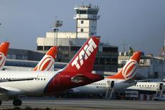 Aviões estacionados no aeroporto Santos Dumont, no Rio de Janeiro. 15/12/2014 REUTERS/Pilar Olivares