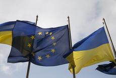 Флаги ЕС и Украины у здания администрации президента в Киеве. Возможный выход Великобритании из ЕС станет очередной преградой на европейском пути Украины, уже столкнувшейся с неожиданными препятствиями в виде миграционного кризиса в ЕС, сорвавшего безвизовый режим. REUTERS/Valentyn Ogirenko