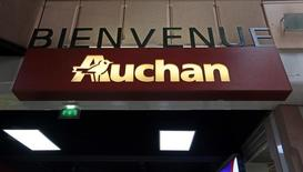 Логотип Auchan на входе в супермаркет в Ницце. Французская розничная сеть Auchan Holding открыла первый гипермаркет столице Таджикистана Душанбе, одной из беднейших стран Центральной Азии сразу, после своего конкурента Carrefour, сообщила компания в среду.    REUTERS/Eric Gaillard