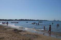 Люди на восточном пляже турецкого курортного города Сиде. 20 октября 2012 года. Центральный банк Турции сообщил в среду, что снижение выручки от туризма может сказаться на внешнеторговом балансе во второй половине года. REUTERS/Nina Chestney