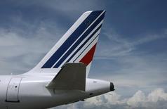 Vers 12h30, Air France-KLM gagne 1,46%, hausse la plus marquée du SBF 120. Les syndicats de pilotes ont levé leur préavis de grève du 24 au 27 juin en échange du gel jusqu'au 1er novembre des mesures à l'origine de leur mécontentement. /Photo d'archives/REUTERS/Eric Gaillard