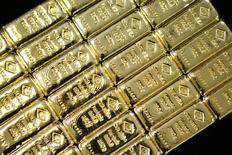 Слитки золота на заводе 'Oegussa' в Вене. 18 марта 2016 года. Золото дешевеет в среду на фоне дальнейшего охлаждения опасений того, что Великобритания проголосует за выход из Европейского союза. REUTERS/Leonhard Foeger