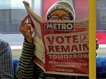 Женщина читает газету с передовицей , призывающей голосовать за сохранение Британии в ЕС, в лондонском метро. 22 июня 2016 года. За день до референдума о членстве Великобритании в Евросоюзе, который состоится 23 июня, газеты страны обозначили свои позиции, надеясь повлиять на избирателей, в то время как опросы указывают, что борьба идет на равных. REUTERS/Russell Boyce