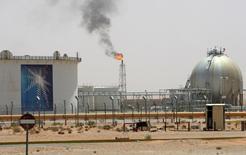 Una instalación petrolera en el desierto, cerca del campo de petróleo de Khurais, en Riad, Arabia Saudita. 23 de junio de 2008. Arabia Saudita, el mayor exportador mundial de petróleo, podría retomar su rol de equilibrar la oferta y demanda de crudo tras la recuperación del mercado petrolero global, dijo el miércoles el ministro saudí de Energía. REUTERS/Ali Jarekji/File Photo