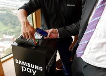 El nuevo sistema Samsung Pay en una demostración en su lanzamiento en Sídney, Australia. 15 de junio de 2016. El líder mundial en teléfonos avanzados, Samsung Electronics, abrió un nuevo frente en la competencia con su rival Apple, al sumarse al desarrollo de servicios de pago para respaldar sus productos tras años de comportarse como mero espectador de un prometedor mercado. REUTERS/Matt Siegel