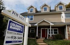 """Un cartel de """"En venta"""" en una casa en Viena, Virginia, Washington. 20 de octubre de 2014. Las ventas de casas usadas en Estados Unidos subieron en mayo a un máximo en más de nueve años, debido a que la mejora en la oferta aumentó las opciones de los compradores, lo que sugiere que la economía sigue a paso firme más allá de una drástica desaceleración en la creación de empleos el mes pasado. REUTERS/Larry Downing"""