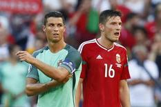 Cristiano Ronaldo e Adam Pinter durante empate entre Portugal e Hungria.  22/6/16 REUTERS/Jason Cairnduff