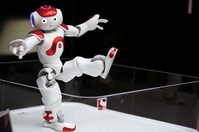 6月21日、労働に従事するロボットを「電子人間」と位置付け、オーナーには社会保障費などを負担させるべき──。写真はヒューマノイドロボットのNao。2015年4月に東京にある三菱東京UFJ銀行の支店で撮影(2016年 ロイター/Thomas Peter)