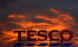 Логотип Tesco на супермаркете компании в Олтрингеме, Англия 16 апреля 2016 года. Крупнейший ритейлер Великобритании Tesco отчитался в четверг о росте продаж в стране второй квартал кряду, впервые более чем за пять лет, что может свидетельствовать об устойчивом восстановлении.  REUTERS/Phil Noble