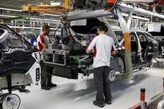 El crecimiento empresarial de la zona euro se desaceleró más de los previsto este mes, lo que sugiere que el PIB del trimestre no igualará el fuerte ritmo con el que empezó el año, según un sondeo. En la imagen, una fábrica de SEAT en Martorell, España, el 5 de diciembre de 2014. REUTERS/Gustau Nacarino/File Photo