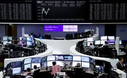 Les Bourses européennes sont en nette hausse à mi-séance et la livre sterling évolue au plus haut depuis six mois face au dollar, signe d'un regain de confiance des investisseurs dans l'issue et les conséquences du référendum britannique sur le maintien ou non du Royaume-Uni dans l'Union européenne. À Paris, l'indice CAC 40 progressait de 2,24% à 12h20. À Francfort, le Dax gagnait 2,3% et à Londres, le FTSE avançait de 1,55% après avoir atteint son plus haut niveau depuis deux mois. /Photo prise le 23 juin 2016/REUTERS