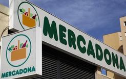 El líder de distribución español Mercadona anunció el jueves su intención de expandirse a Portugal, en un primer paso hacia su internacionalización al considerar que esta próximo a alcanzar su límite de crecimiento orgánico en España. Imagen del logo de Mercadona en un supermercado en Madrid, España el 4 de marzo de 2016. REUTERS/Sergio Perez