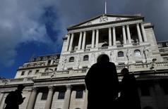 El Banco de Inglaterra dijo el viernes que tomaría todas las medidas necesarias para garantizar la estabilidad monetaria y financiera después de que el Reino Unido votara a favor de abandonar la Unión Europea. En la imagen de archivo, trabajadores junto a la sede del Banco de Inglaterra, en Londres.  REUTERS/Toby Melville/File Photo