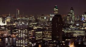 Los 2,2 millones de trabajadores de la industria financiera del Reino Unido se enfrentan a años de incertidumbre y al riesgo de miles de recortes de empleos después de que el país votara a favor de salir de la Unión Europea, dejando interrogantes sobre el estatus de Londres como centro financiero más importante de Europa. Imagen de archivo del barrio financiero de Londres tomada el 9 de octubre de 2008. REUTERS/Toby Melville/File Photo