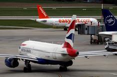 Les valeurs européennes du transport aérien sont en forte baisse vendredi après le vote britannique en faveur de la sortie du Royaume-Uni de l'Union européenne et l'avertissement lancé par IAG, maison mère de British Airways, qui n'atteindra pas ses objectifs financiers. Le Royaume-Uni fait pour l'instant partie du marché unique européen du transport aérien, qui permet aux compagnies de desservir librement tous les pays membres, mais rien n'assure que ces droits seront maintenus à l'issue des négociations sur le Brexit. /Photo prise le 13 avril 2016/REUTERS/Denis Balibouse