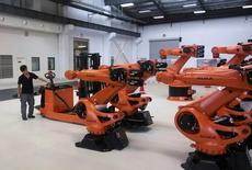 Le spécialiste allemand des robots industriels Kuka est sur le point de conclure un accord sur son rachat par le chinois Midea incluant des engagements de ce dernier sur le maintien du siège social et des sites de production ainsi que sur l'emploi, selon une source proche des négociations. /Photo d'archives/REUTERS/Pete Sweeney