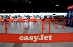 Las acciones de la aerolínea de bajo coste easyJet lideraban el descenso del FTSE 100 el lunes por la mañana, al caer un 17 por ciento tras lanzar una advertencia sobre sus resultados. En la foto, los mostradores de easyJet en el aeropuerto de Niza, Francia, el 4 de mayo de 2016. REUTERS/Eric Gaillard