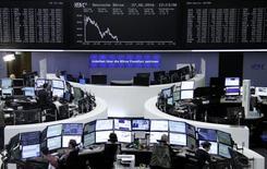 Les Bourses européennes ont accentué leurs pertes lundi à mi-séance, tandis que Wall Street est attendue en repli et que la livre sterling et l'euro restent attaqués au profit des valeurs refuge comme le yen, l'or et certaines obligations souveraines, dans des marchés toujours sonnés par le Brexit de jeudi dernier. À Paris, l'indice CAC 40 perd 1,97% à 4.025,85 points vers 11h00 GMT. À Francfort, le Dax cède 2% et à Londres, le FTSE recule de 1,61%. L'indice paneuropéen FTSEurofirst 300 abandonne 2,66% et l'EuroStoxx 50 de la zone euro 2,03%. Photo prise le 27 juin 2016/REUTERS/Staff/Remote