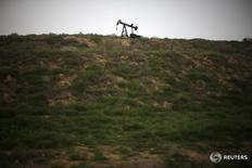 Станок-качалка близ Бейкерсфилда, Калифорния 17 января 2015 года. Цены на нефть снижаются в понедельник, так как рынки продолжают свыкаться с шокирующим решением Великобритании выйти из состава Евросоюза, хотя некоторые аналитики считают, что влияние Brexit на глобальный спрос на топливо будет ограниченным. REUTERS/Lucy Nicholson
