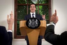 El ministro de Finanzas británico, George Osborne, habla durante una conferencia de prensa en Londres. 27 de junio de 2016. Los líderes de la campaña para que Reino Unido abandone la Unión Europea buscaron aliviar las preocupaciones sobre el incierto futuro económico del país, al respaldar públicamente al gobernador del Banco de Inglaterra, Mark Carney, y al ministro de Finanzas, George Osborne. REUTERS/Stefan Rousseau/Pool