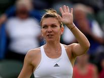 Tenista romena Simona Halep comemora vitória sobre eslovaca Anna Karolina Schmiedlova em Wimbledon 27/06/2016 REUTERS/Tony O'Brien
