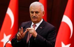 Премьер-министр Турции выступает перед СМИ в Анкаре. Нормализация отношений Турции с Россией началась, сказал премьер-министр Турции Бинали Йылдырым во вторник, отметив, что улучшение отношений Анкары со всеми черноморскими и средиземноморскими странами является важной целью. REUTERS/Umit Bektas