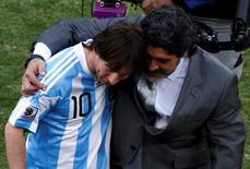 Maradona, então técnico da Argentina, e Messi após jogo da Copa do Mundo de 2010 em Johanesburgo. 17/06/2010 REUTERS/David Gray