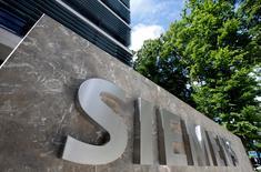 Siemens compte investir un milliard d'euros sur cinq ans dans de nouvelles startups pour développer des produits d'intelligence artificielle et d'électrification décentralisée. /Photo prise le 14 juin 2016/REUTERS/Michaela Rehle