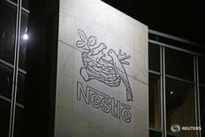 Логотип Nestle на штаб-квартире компании в Веве, Швейцария 18 февраля 2016 года. Неожиданное назначение бывшего главы Fresenius Ульфа Марка Шнайдера на пост генерального директора Nestle может подтолкнуть швейцарского пищевого гиганта к ряду приобретений, которые позволят ему расширить свою деятельность на рынке продуктов диетического и лечебного питания. REUTERS/Pierre Albouy