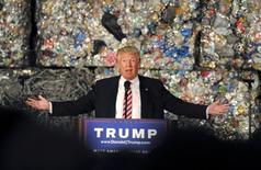 El precandidato republicano, Donald Trump, durante un discurso en Monessen, Estados Unidos. 28 de junio 2016.  Trump prometió el lunes renegociar acuerdos internacionales de comercio, retirarse de ellos si no está satisfecho y usar su autoridad para solucionar disputas con China, si es elegido presidente de Estados Unidos en noviembre. REUTERS/Louis Ruediger