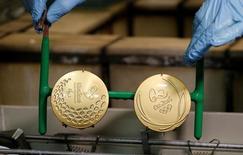 Funcionário da Casa da Moeda mostra medalha da Rio 2016.  28/6/2016.  REUTERS/Sergio Moraes