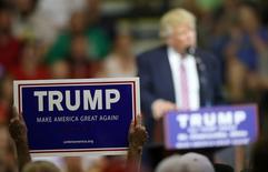 """El precandidato republicano Donald Trump prometió el lunes que si resulta elegido obligará a México y Canadá a renegociar el Tratado de Libre Comercio de América del Norte (TLCAN) con Estados Unidos o se retirará del pacto, como parte de su campaña por proteger y crear empleos en su país. En la imagen, un partidario de Trump muestra un cartel en el que dice """"Haz EEUU grande otra vez"""" durante un mitin del político en St. Clairsville, Ohio, 28 de junio de 2016. REUTERS/Aaron Josefczyk"""
