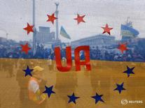 """Флаг Украины, стилизованный под флаг ЕС, на акции протеста в Киеве 15 декабря 2013 года. Премьер-министр Нидерландов Марк Рютте во вторник попросил у лидеров Европейского союза """"юридически обязывающих"""" заверений, которые успокоят опасения его страны относительно соглашения о торговле и ассоциации с Украиной, и сказал, что в противном случае Гаага его заблокирует. REUTERS/Alexander Demianchuk"""