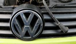 Логотип Volkswagen на автомобиле.  Немецкий автопроизводитель Volkswagen AG выплатит $15,3 миллиарда после признания многолетних махинаций с показателями вредных выбросов, согласившись выкупить автомобили у клиентов и предоставить средства для производителей более экологически чистых транспортных средств.  REUTERS/Michaela Rehle/File Picture