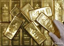 Слитки золота в штаб-квартире Mitsubishi Materials Corporation в Токио 2 июня 2009 года. Стоимость золота выросла в среду за счёт слабости доллара и продолжающегося аппетита инвесторов к безопасным активам в связи с долгосрочной финансовой неуверенностью после неожиданного решения Великобритании выйти из состава Евросоюза. REUTERS/Toru Hanai