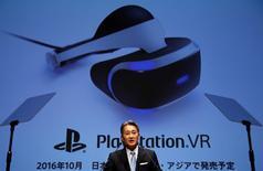 El presidente de Sony Corp, Kazuo Hirai, durante una presentación de la estrategia corporativa de la compañía, en su sede en Tokio, Japón. 29 de junio de 2016. La japonesa Sony elevó el objetivo de ventas de su división de juegos en el próximo ejercicio por las expectativas que tiene en su nuevo aparato de realidad virtual, pero redujo la perspectiva para los sensores de imagen por una menor demanda de teléfonos inteligentes. REUTERS/Toru Hanai
