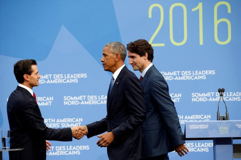 U.S. President Barack Obama shakes hands with Mexican President Enrique Pena Nieto as they depart a news conference along with Canadian Prime Minister Justin Trudeau (R) at the North American Leaders' Summit in Ottawa, Canada June 29, 2016. REUTERS/Kevin Lamarque
