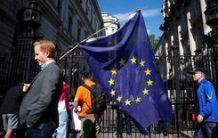 La confiance des ménages britanniques a fortement chuté dans les jours qui ont suivi le vote du 23 juin sur une sortie du Royaume-Uni de l'Union européenne, selon l'indice YouGov/CEBR publié jeudi qui donne la mesure du choc que le Brexit a suscité auprès des consommateurs. /Photo prise le 24 juin 2016/REUTERS/Neil Hall