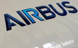 Airbus Group y Safran han cerrado formalmente un acuerdo para realizar la fusión de sus actividades de lanzamiento espacial plenamente operativas, dijeron fuentes de la industria.  En la imagen, el logotipo de Airbus en un motor en Colomiers, cerca de Toulouse, Francia, el 15 de abril de 2016. REUTERS/Regis Duvignau