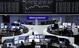 Биржа Франкфурта-на-Майне. Европейские фондовые индексы демонстрируют смешанную динамику в начале торгов четверга, восстановлению рынка после масштабных распродаж, спровоцированных решением Великобритании выйти из ЕС по итогам референдума на прошлой неделе, препятствует продолжающееся падение акций крупнейших банков.  REUTERS/Staff/Remote