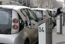 Après Paris, qui compte 3.500 autolibs, le groupe Bolloré a remporté le marché de l'autopartage de véhicules électriques de Singapour portant sur une flotte de 1.000 voitures qui seront progressivement mises en service à partir de 2017. /Photo d'archives/REUTERS/Jacky Naegelen