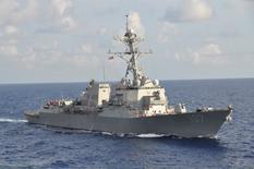 """Американский эсминец """"Грэйвли"""" на учениях в Карибском море. 25 сентября 2012 года. США в среду заявили, что российский сторожевой корабль дал ложный сигнал и пытался помешать американскому авианосцу в ходе инцидента в Средиземном море в июне, в котором страны ранее уже обвинили друг друга. REUTERS/ Lt. Cmdr. Corey Barker/U.S. Navy/Handout"""