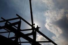 Un hombre camina sobre una estructura metálica en una fábrica de Kawasaki, al sur de Tokio, el 30 de noviembre de 2015. La producción industrial de Japón cedió en mayo a su nivel más bajo desde junio del 2013, lo que refuerza la preocupación por un retroceso de las exportaciones y el débil gasto de los consumidores. REUTERS/Thomas Peter/File Photo