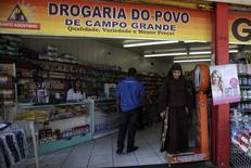 Una farmacia en Río de Janeiro, Brasil, abr 16, 2013. El Gobierno brasileño reducirá su objetivo para la inflación a un rango de entre 4,25 y 4 por ciento, con el fin de demostrar su compromiso a terminar con años de inflación elevada, dijo el jueves un funcionario del Gobierno a Reuters.  REUTERS/Ricardo Moraes