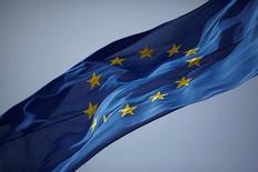Una bandera de la Unión Europea flameando en Gibraltar, jun 27, 2016. La agencia de calificación Standard & Poor's bajó el jueves la calificación de largo plazo para la Unión Europea a 'AA' desde 'AA+', luego de que el Reino Unido votó por dejar el bloque la semana pasada, lo que sacudió a los mercados mundiales.  REUTERS/Jon Nazca