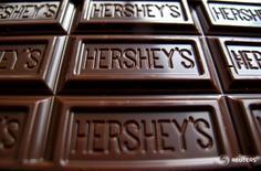 Плитка шоколада Hershey's. Производитель шоколадной продукции Hershey Co отклонил предложение о слиянии с Mondelez International Inc стоимостью $23 миллиарда, в результате которого могла бы быть создана крупнейшая в мире кондитерская компания. REUTERS/Mike Blake/File Photo