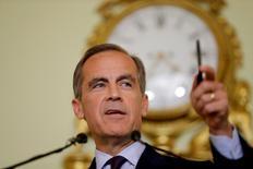 Марк Карни на пресс-конференции в Лондоне. Глава Банка Англии Марк Карни сказал, что регулятору, вероятно, понадобится поддержать экономику Великобритании новыми мерами стимулирования в течение лета после неожиданного решения британцев проголосовать за выход из Европейского союза.   REUTERS/Matt Dunham/Pool