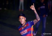"""Игрок """"Барселоны"""" Неймар во время празднования чемпионства в Барселоне 23 мая 2016 года. Нападающий сборной Бразилии Неймар продлил контракт с """"Барселоной"""" до июня 2021 года, сообщил каталонский клуб в пятницу.  REUTERS/Albert Gea"""